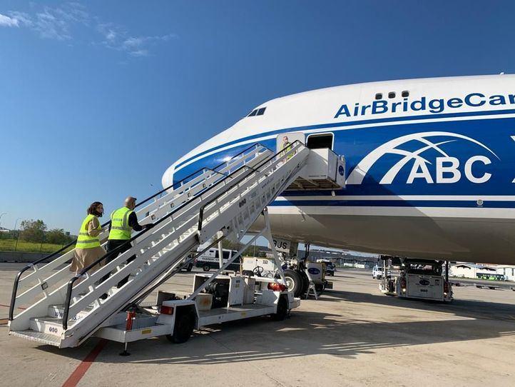 Aterriza en Barajas el quinto avión con material sanitario comprado por la Comunidad de Madrid