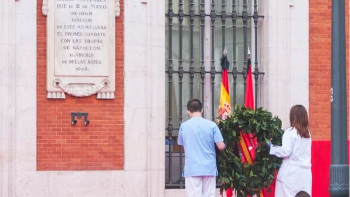 El recuerdo a las víctimas y el homenaje a los 'héroes del 2020' marcan la celebración del Dos de Mayo