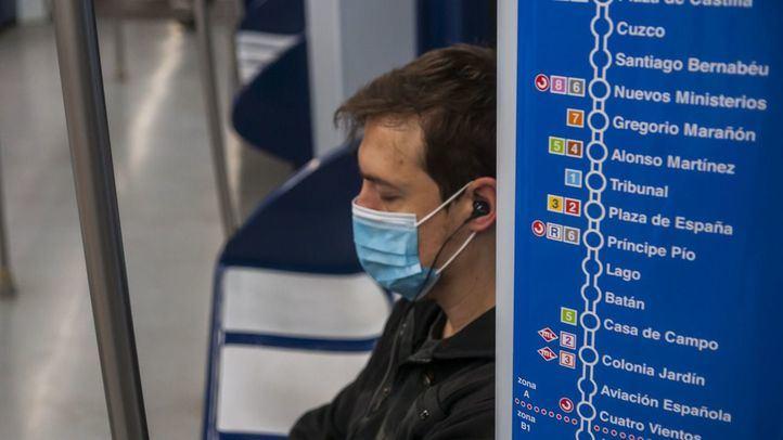Viajero de Metro de Madrid con mascarilla