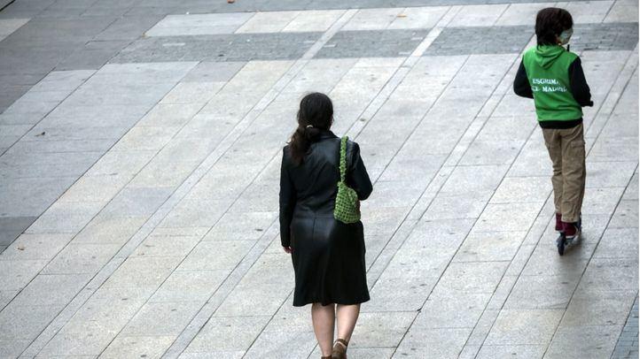 Una mujer con un niño paseando por Gran Vía