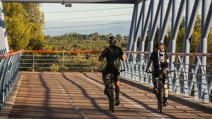 Dos ciclistas cruzando la A-5