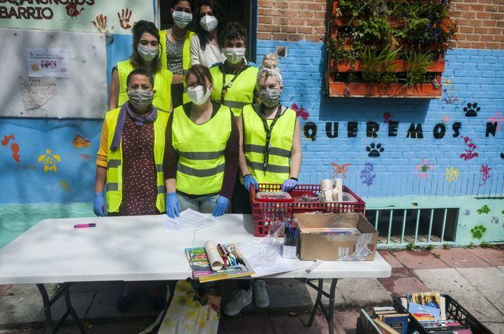 Voluntarias y trabajadoras de la asociación reparten el material recopilado.