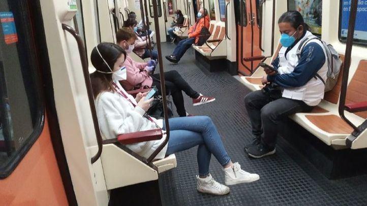 Viajeros en metro con mascarilla