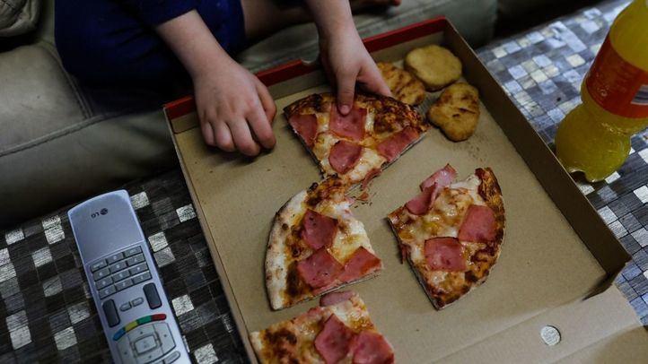 Un niño come el menú que reparte Telepizza a las familias en situación de vulnerabilidad
