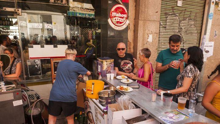Barra de un bar en la calle en las fiestas de La Paloma.