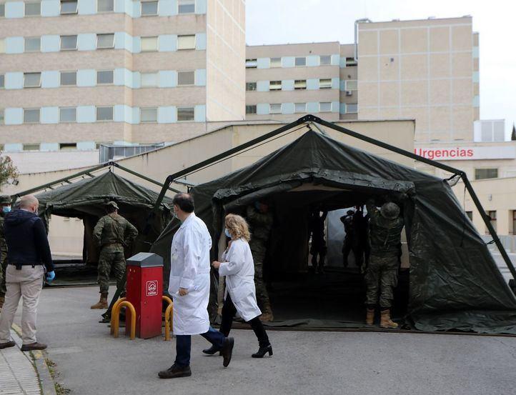 Personal sanitario pasa junto a un hospital provisional de entre 60 y 70 camas en las inmediaciones del Hospital Gregorio Marañón.