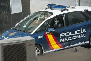 Detenido un hombre por asaltar dos tiendas de comida a punta de pistola en Vallecas
