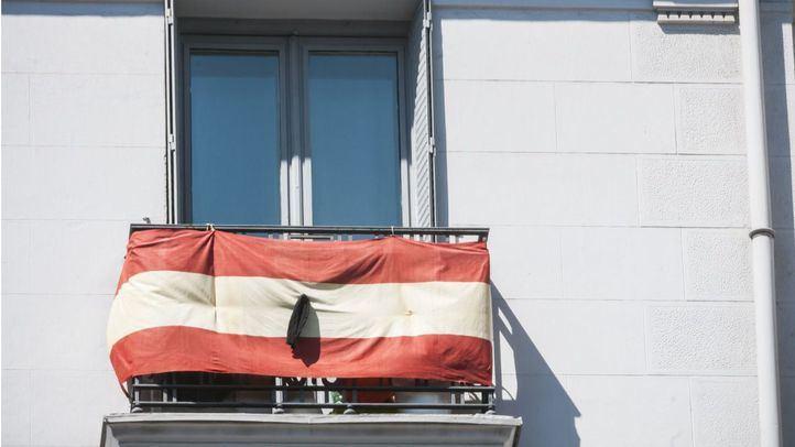 Bandera de España con un crespón negro