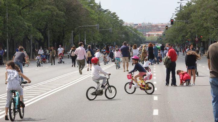 Gente paseando por la Castellana, peatonalizada