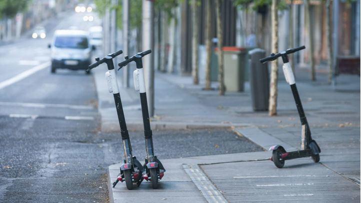 Patinetes aparcados en la calle Serrano