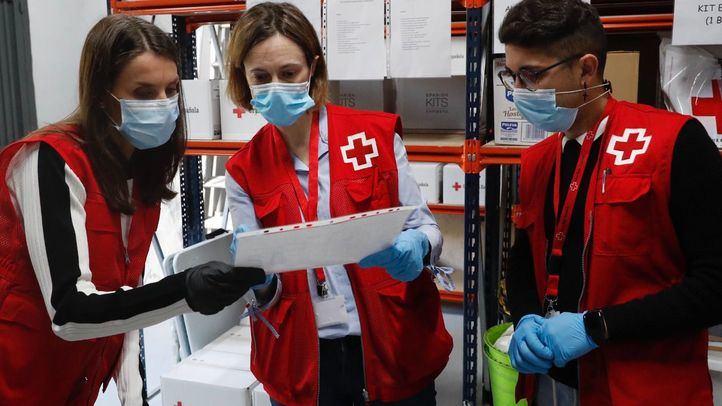 La Reina Letizia comparte una jornada con los voluntarios de Cruz Roja Española
