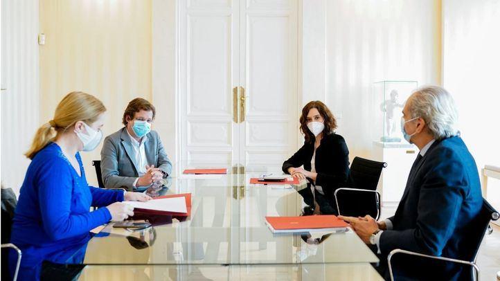 Inmaculada Sanz, José Luis Martínez-Almeida,  Isabel Díaz Ayuso y Enrique Ruiz Escudero durante la reunión.