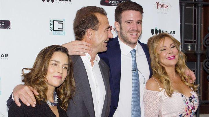 Alex Lequio junto a su madre Ana Obregón, su padre Alessandro y la esposa de este, María Palacios.