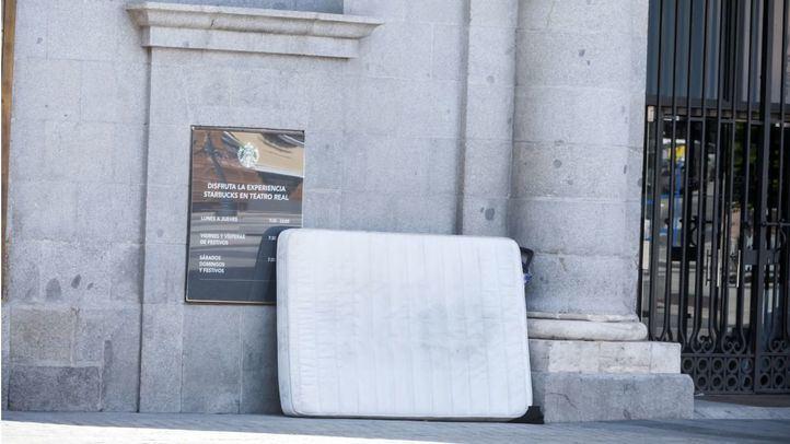 Colchón tirado en la plaza de Isabel II.