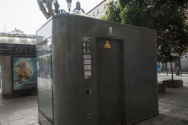 Imposible encontrar un aseo público abierto en Madrid