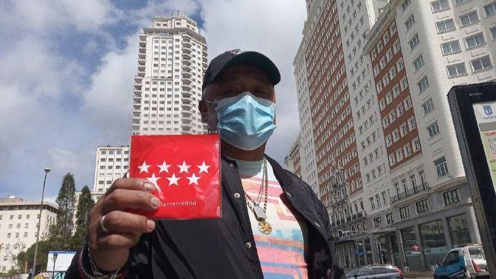 Un ciudadano sostiene una de las mascarillas adquiridas por la Comunidad de Madrid.