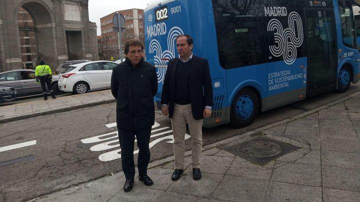 El alcalde de Madrid, José Luis Martínez-Almeida, junto al delegado Borja Carabante.