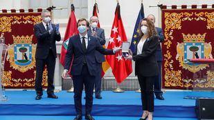 Una doctora recoge la Medalla de Honor en nombre del pueblo de Madrid