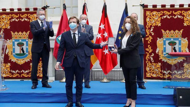 La médica Mónica López recoge la Medalla de Honor de San Isidro al conjunto del pueblo de Madrid por su comportamiento ejemplar ante la pandemia.