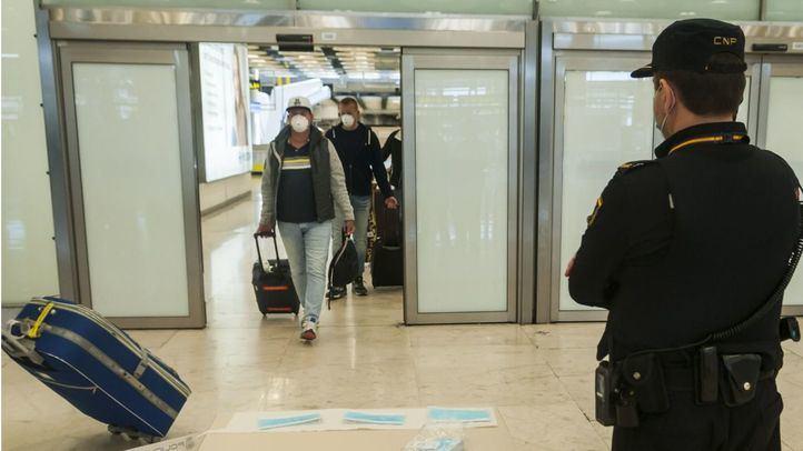 Estado de vacío total en el Aeropuerto Madrid Barajas con contados vuelos de pasajeros.