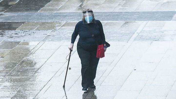 Mujer paseando en Gran Vía
