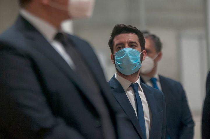 César Zafra, con mascarilla, en la clausura del hospital temporal de Ifema