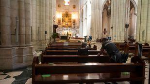 Vuelven las misas y los fieles a la Almudena