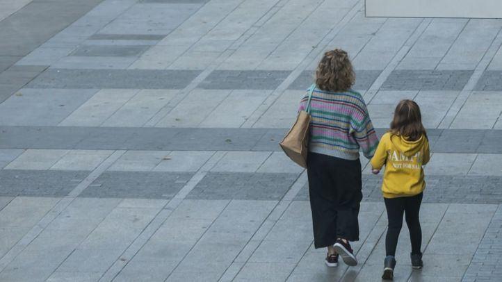 Niño,paseando,calle vacia