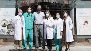 Javier Ortega Smith posa con parte del personal del hospital tras ser dado de alta.