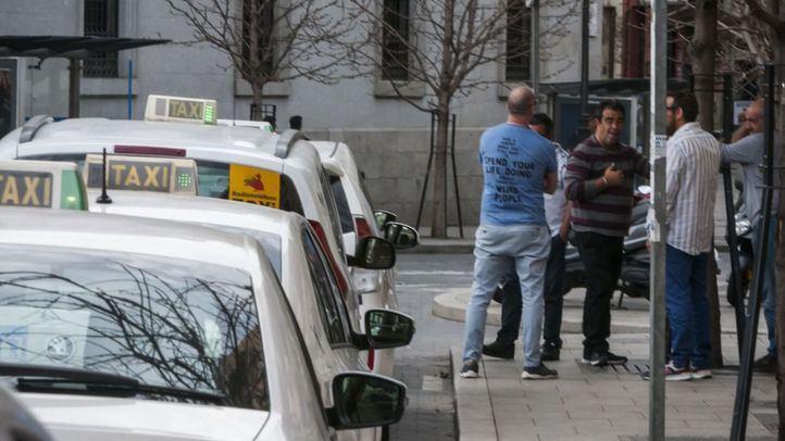 Taxistas en una parada de la ciudad.
