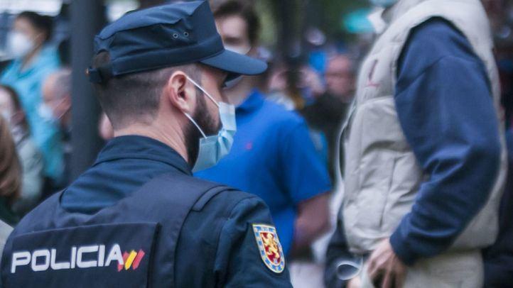 Agente de la Policía Nacional en una de las protestas en la calle Núñez de Balboa.