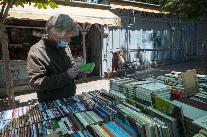 La Cuesta de Moyano recupera su actividad entre libros plastificados y con una tímida afluencia de lectores