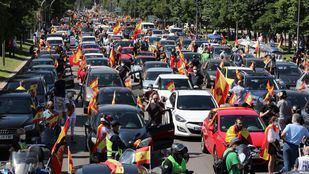 Vox congrega a una multitud de vehículos en su caravana contra la gestión del Gobierno