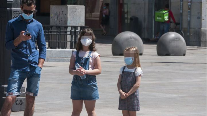 Dos menores con mascarilla