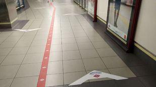 Pegatinas para controlar la dirección de los viajeros de metro