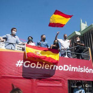 Los miembros de Vox, en el autobús que encabezó la caravana contra el Gobierno