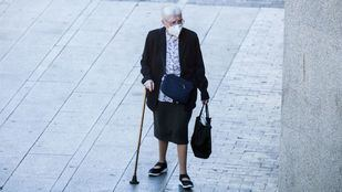 Mujer mayor con mascarilla paseando en Gran Vía