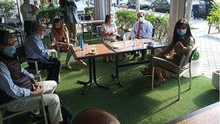 Miembros del Ayuntamiento de Madrid acompañan a la vicealcaldesa en el primer día de apertura de terrazas