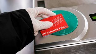 Un usuario de Metro valida la tarjeta de transporte público