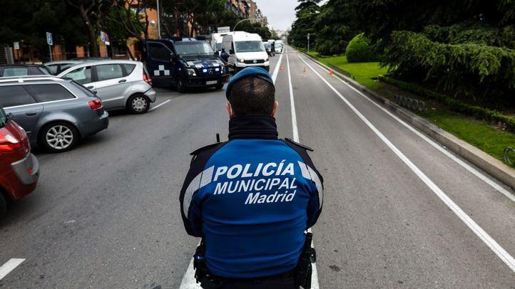 Agentes de la Policía Municipal de Madrid efectúan controles de tráfico y circulación urbanos durante el confinamiento