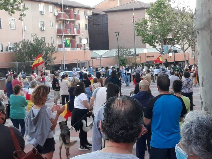 Decenas de personas protestan contra el Gobierno frente a la Comandancia de la Guardia Civil en Tres Cantos.
