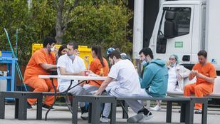 Sanitarios descansando en el Hospital provisional de Ifema.