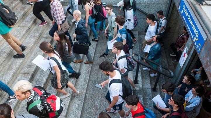 Estudiantes a la salida de la estación de Metro de Ciudad Universitaria.