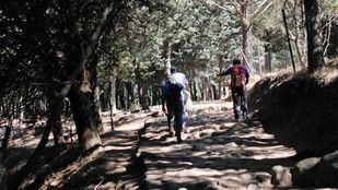 Senderistas recorriendo la margen izquierda del río desde el aparcamiento de Canto Cochino hasta la Charca Verde.