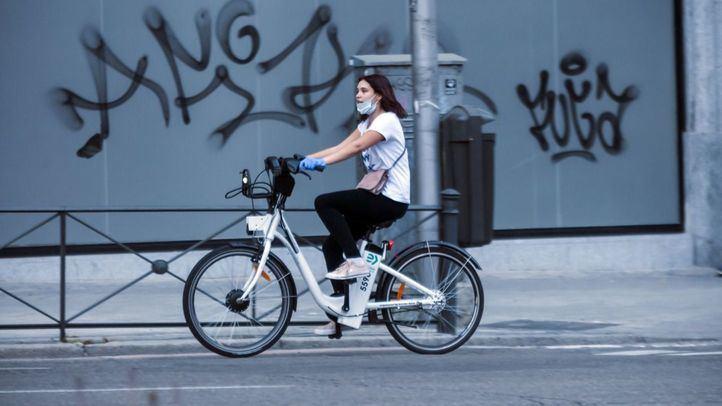 Mujer circulando sobre una bicicleta