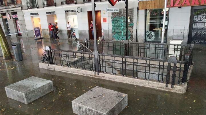Cierran los parques de la capital por la previsión de fuertes rachas de viento y la lluvia anega varias avenidas