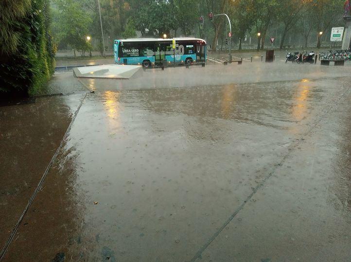 Las fuertes lluvias anegaron calles de Madrid.