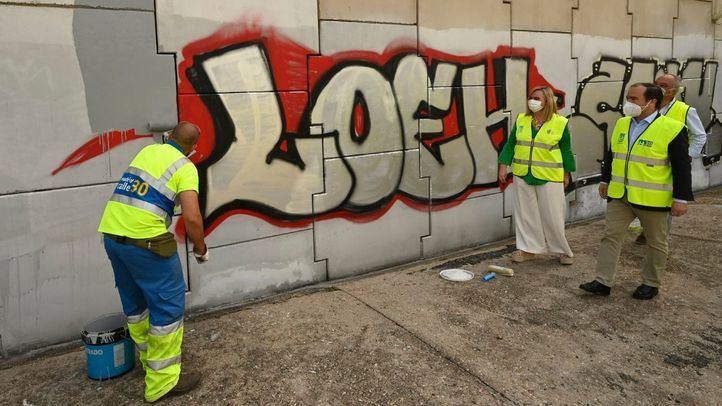 Madrid limpiará las pintadas de la M30 y plantará vegetación para dificultar el acceso a los grafiteros