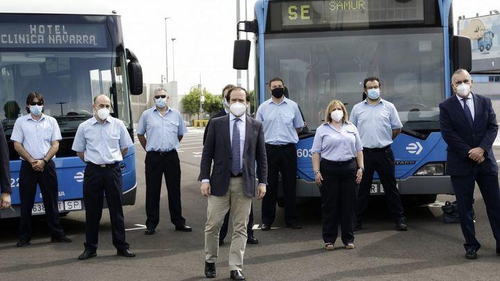 El delegado del Área de Medio Ambiente y Movilidad de Madrid, Borja Carabante, junto con el director gerente de la EMT, Alfonso Sánchez, agradece a los voluntarios de la Empresa Municipal de Transportes la labor realizada durante la crisis sanitaria.