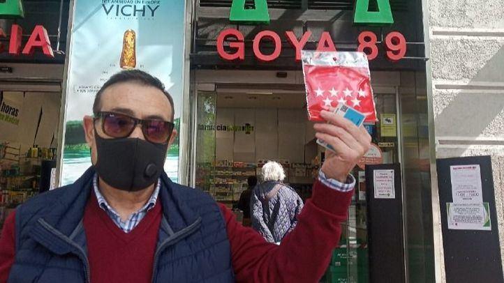 Un ciudadano sostiene una de las mascarillas repartidas por la Comunidad de Madrid en las farmacias de la región.